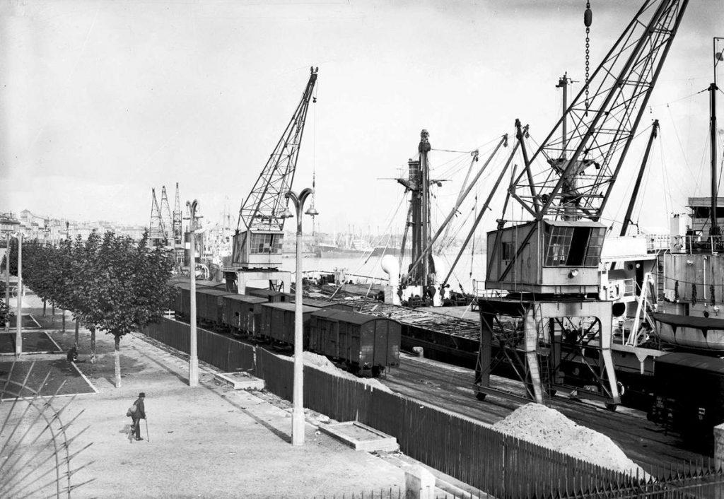 Autour des années 1940, l'activité du port de la Lune à Bordeaux est à son comble, et les grues et comme les wagons envahissent les quais. Crédit photo - Archives Sud Ouest